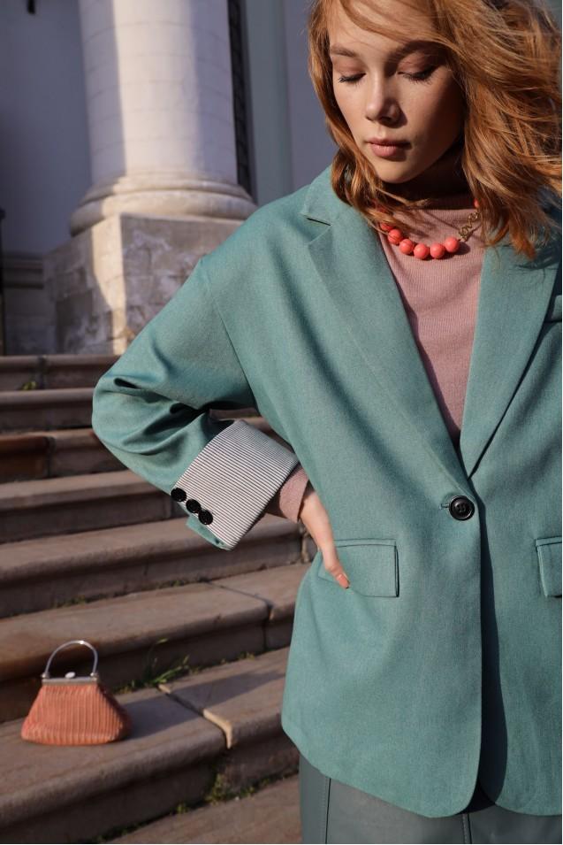 Пиджак с отворотами в зеленом цвете